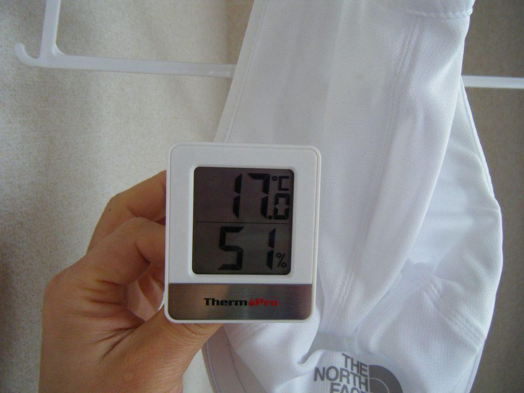 洗濯後のランニングキャップと温湿度計