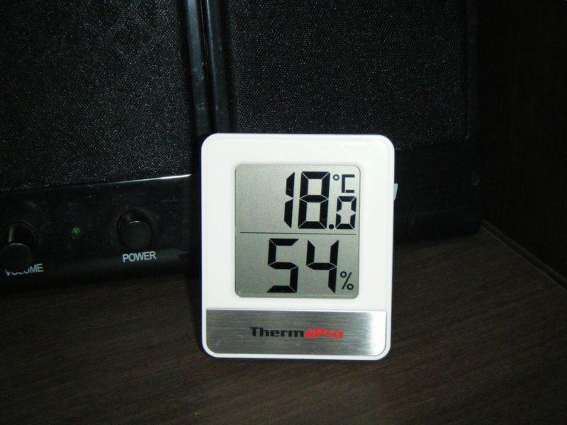 ThermoPro デジタル温湿度計 TP-49 をデスクに置いたイメージ