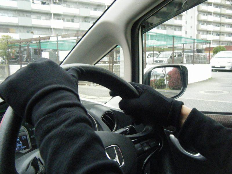 unigearグローブをつけて運転するイメージ