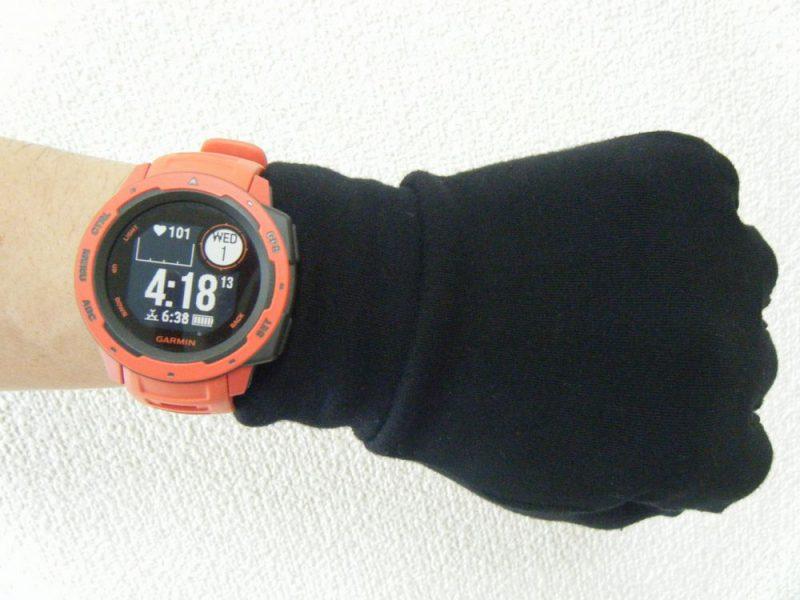 unigearグローブをつけて時計をしたイメージ