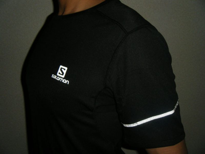 シャツのリフレクターが反射するイメージ