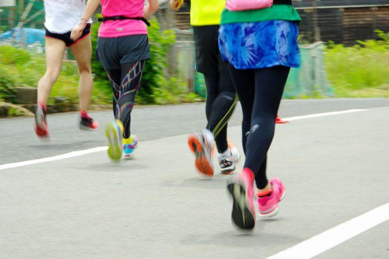 スパッツとショートパンツで走る人のイメージ