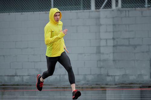 雨の中を走るイメージ
