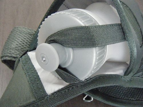 ボトルストッパーをボトルのコックに引っかけたイメージ