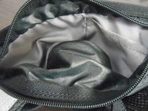 濡らしたサロモンSENSIBELTのポケット内側のイメージ