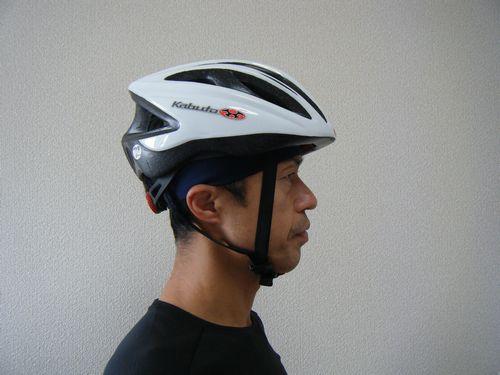 ヘルメットにヘイロヘッドバンドをしたイメージ