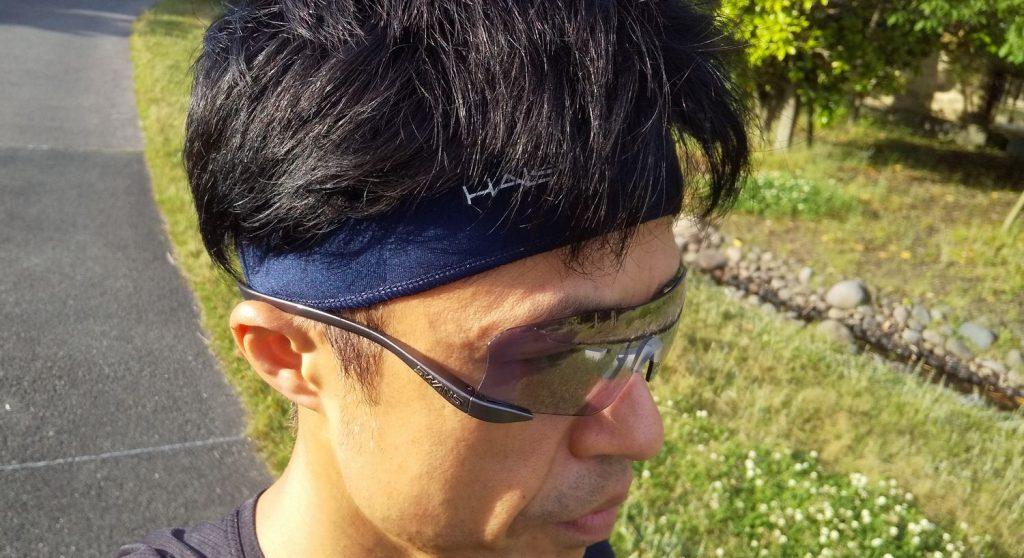 ヘッドバンドにサングラスのイメージ