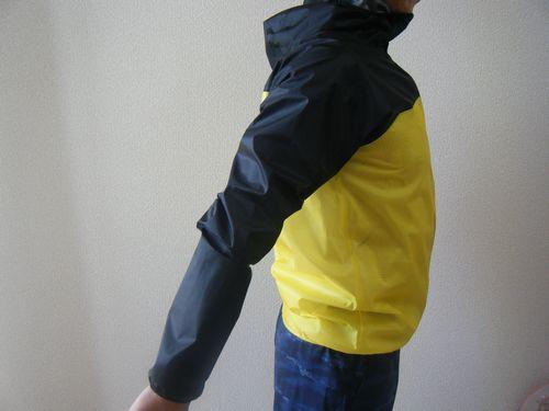 ストライクトレイルフーディを着て後ろに腕を引いたイメージ