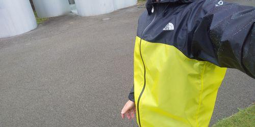 雨の中でストライクトレイルフーディを着たイメージ