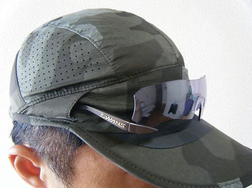 ノースフェイスのノベルティースワローテイルキャップにサングラスを置いたイメージ