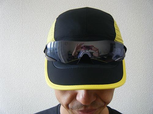ノースフェイスのスワローテイルキャップ NN41970にサングラスを載せたイメージ