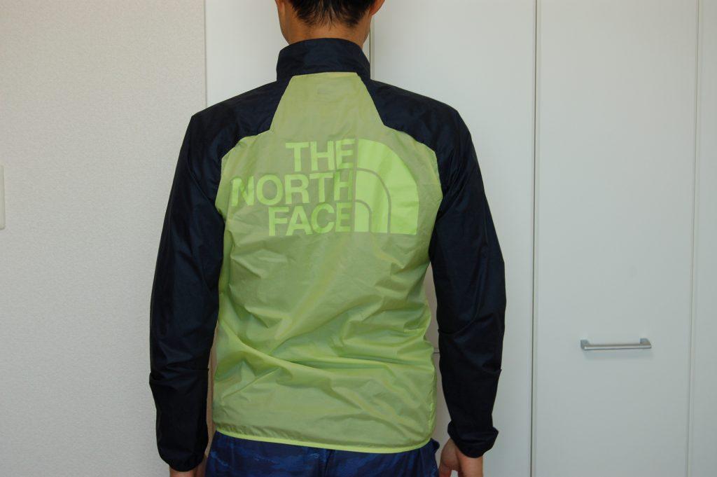 ノースフェイス インパルスレーシングジャケットを着た後面イメージ