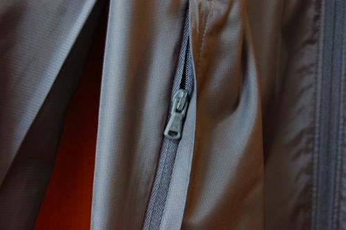 アンダーアーマー フィールド ハウス ジャケット1345405のジッパー式ハンドポケットイメージ