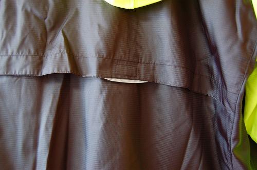 ヨネックス ウィンドウォーマーシャツの背面リフレクターイメージ