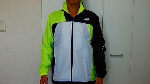 ヨネックス ウィンドウォーマーシャツを着た前面イメージ