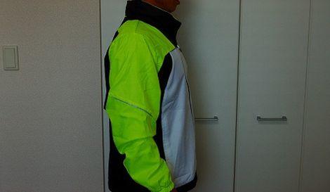 ヨネックス ウィンドウォーマーシャツを着た側面イメージ
