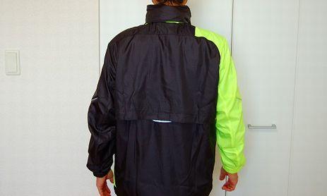 ヨネックス ウィンドウォーマーシャツを着た背面イメージ