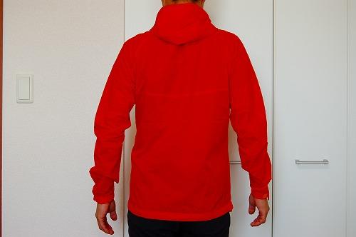 マムートウインドブレーカーグライダージャケットを着た背面イメージ