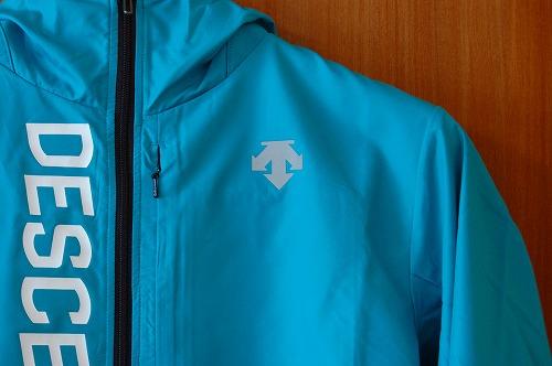 デサントウインドブレーカージャケット DRMQJF30の前面ロゴイメージ