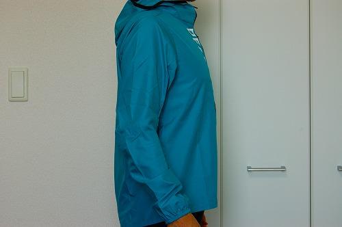 デサントウインドブレーカージャケット DRMQJF30を着た側面イメージ