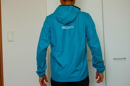 デサントウインドブレーカージャケット DRMQJF30を着た背面イメージ