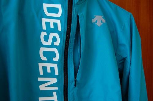 デサントウインドブレーカージャケット DRMQJF30の胸のジップポケットイメージ