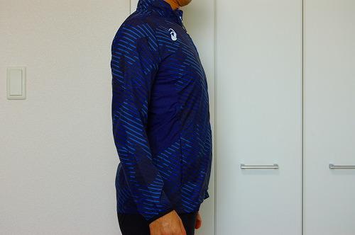 アシックス グラフィックウーブンジャケットを着た側面イメージ