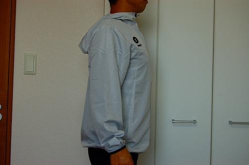 ヒュンメル パーカー M's HAORIを着た側面イメージ