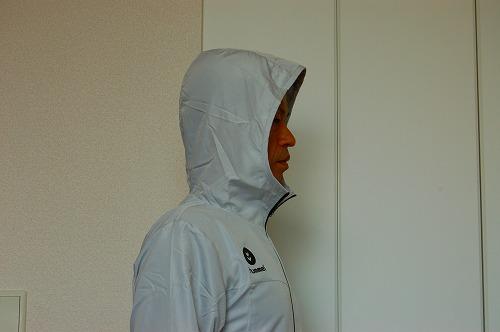 ヒュンメル パーカー M's HAORIのフードをかぶったイメージ