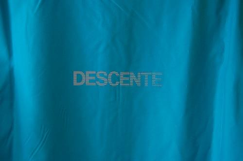 デサントウインドブレーカージャケット DRMQJF30の背面ワードマークイメージ