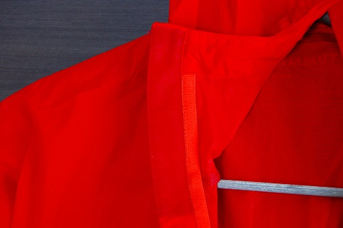 マムートウインドブレーカーグライダージャケットのチンガードイメージ