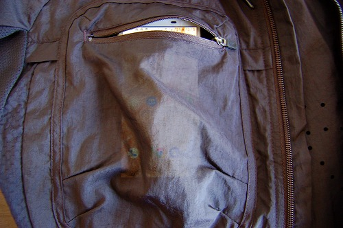 ナイキ フルジップフーディ PX ジャケットの胸ポケットにスマホを入れたイメージ