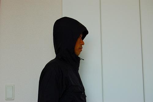 ナイキ フルジップフーディ PX ジャケットのフードをかぶったイメージ