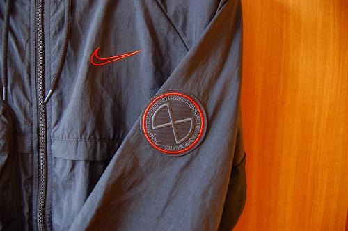 ナイキ フルジップフーディ PX ジャケットの左腕のワンポイントイメージ