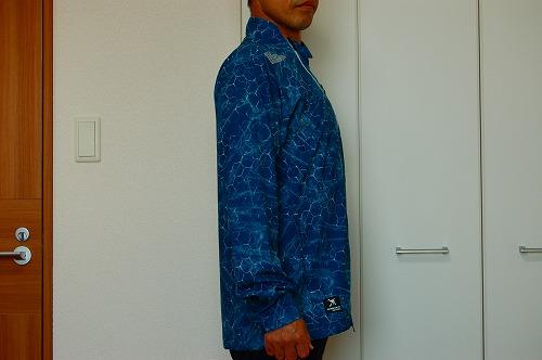 オークリー SKULL MARBLE GEO HYBRID JACKETを着た側面イメージ