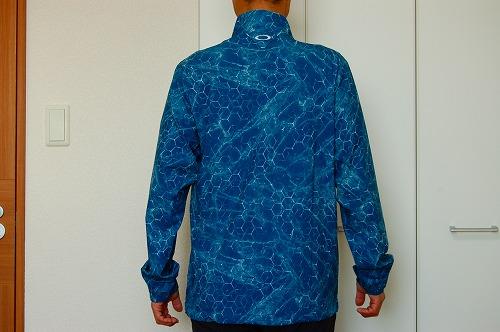 オークリー SKULL MARBLE GEO HYBRID JACKETを着た背面イメージ