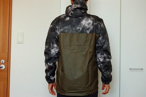 オークリー ENHANCE WIND WARM JACKET 9.7を着た背面イメージ
