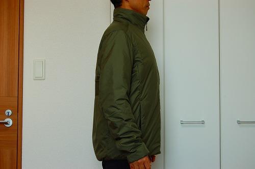サロモン OUTRACK Insulated Jacket Men (アウトラック インサレーテッド) LC1395700を着た側面イメージ