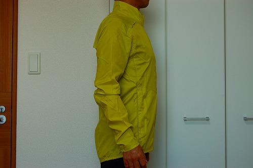 サロモン アジャイル ウインド ジャケットを着た横側イメージ