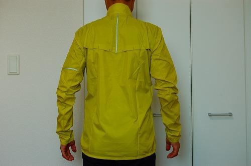 サロモン アジャイル ウインド ジャケットを着た背面イメージ