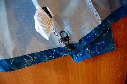 オークリー SKULL MARBLE GEO HYBRID JACKETの裾ドローコードイメージ