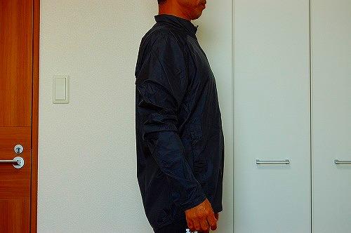 サロモン アジャイル ウインド ジャケットを着た側面イメージ