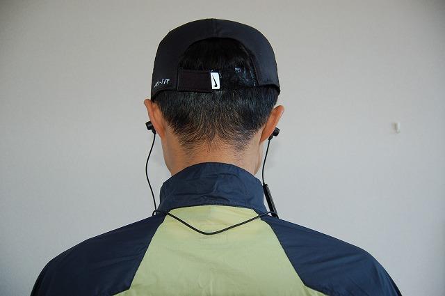 サウンドピーツQ35HDのコードが首の後ろ側にあるイメージ