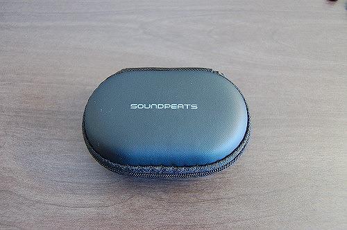 左右一体型のワイヤレスイヤホン・サウンドピーツQ35HDのケースイメージ